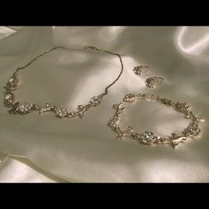 Beautiful Faux Diamonds Floral Necklace Set